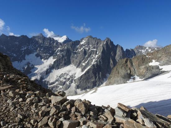 Depuis la plateforme du refuge, vue sur la Barre des Ecrins et le glacier de Tombe-Murée