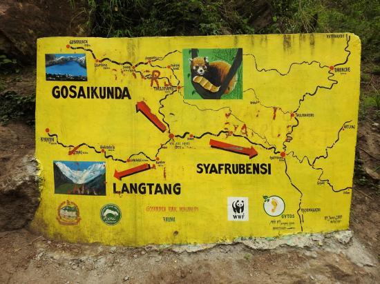 Le panneau directionnel au croisement du chemin de Thulo Syafru