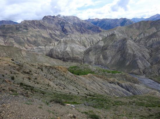 Depuis le sentier-balcon on peut apprécier la géologie perturbée du Haut-Dolpo