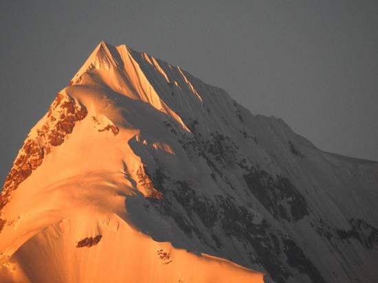 Le sommet du Numbur flamboie au coucher de soleil
