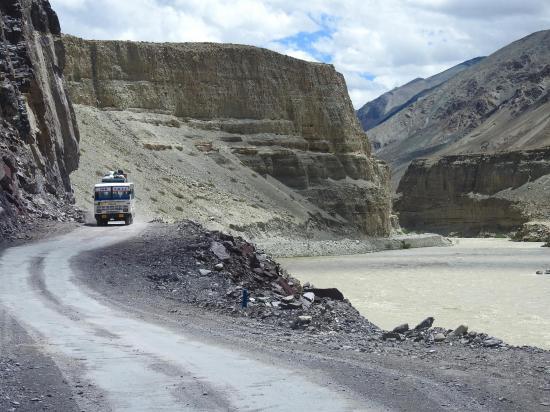 Sur la route le long de l'Indus entre Upshi et Mahe