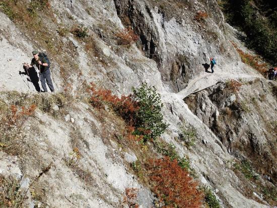 La traversée des couloirs d'avalanches dans la montée vers Olangchun Gola