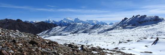 A l'approche du 1er col ; en se retournant, on dispose d'une large vue sur le massif du Kangchenjunga