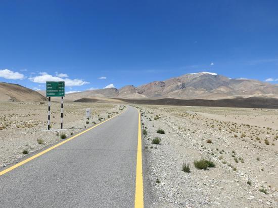 Remontée vers le N en empruntant la route stratégique militaire entre la plaine de Tegazang et le Chagarchan La