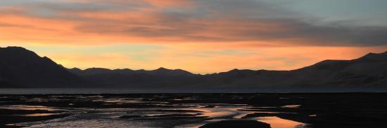 Coucher de soleil flamboyant sur le lac du Tsomo Riri