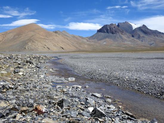 La source de Khiiangshisa et le sommet du Kharpa