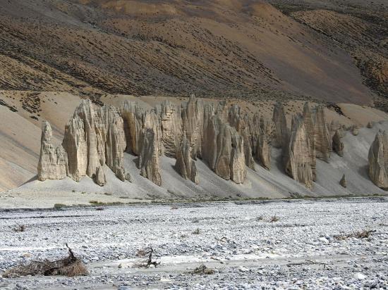 La rangée de pénitents détritiques à la confluence des vallées