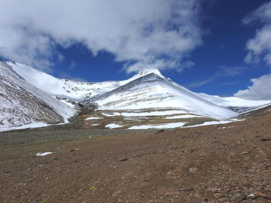 Un peu au-dessus du camp de base, l'entrée du cirque glaciaire du Lanyar La