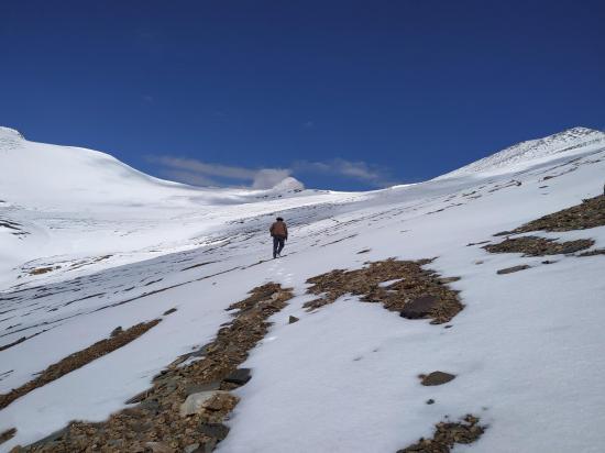 On aborde le plateau qui précède le col du Lanyar La (photo Rinchen Norbu)