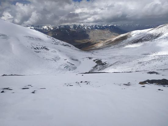 Au Lanyar La, côté W, on domine le vallon de Lanyar et celui, transversal, de la Zogoang togpo (photo Rinchen Norbu)