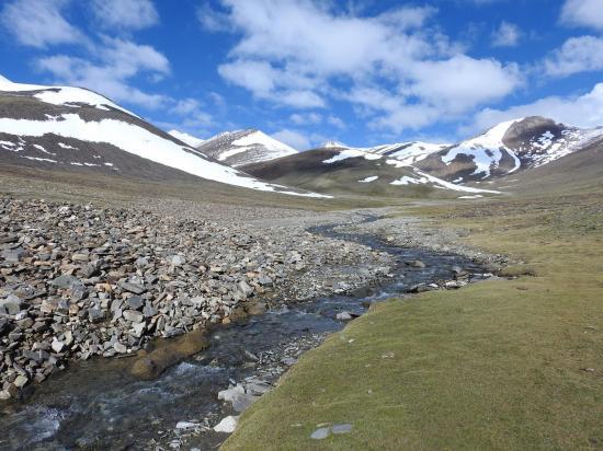 Remontée de la verte vallée qui conduit au pied du Zozogong La