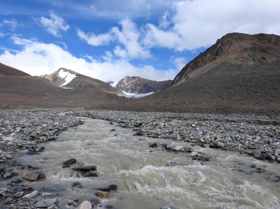 Traversée du ruisseau glaciaire juste après avoir franchi le Paralatse La S