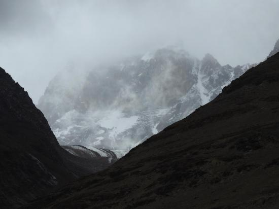 On dispose parfois d'une vision furtive d'un des pics du massif des Chandra-Bhaga au fond d'une vallée glaciaire...