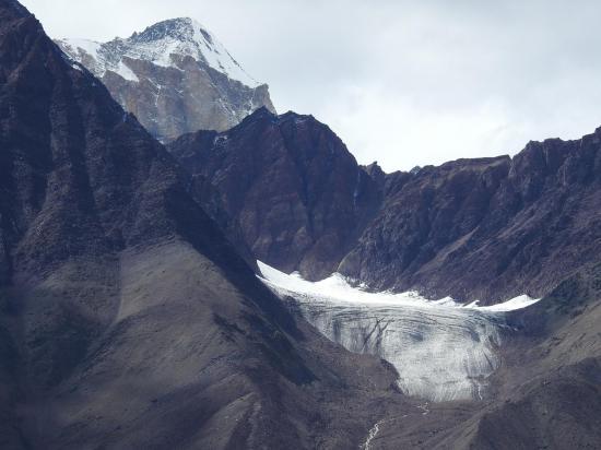 En RD de la vallée de la Chandra chu, apparition de l'un des (nombreux...) sommets du massif de la Chandra-Bhaga