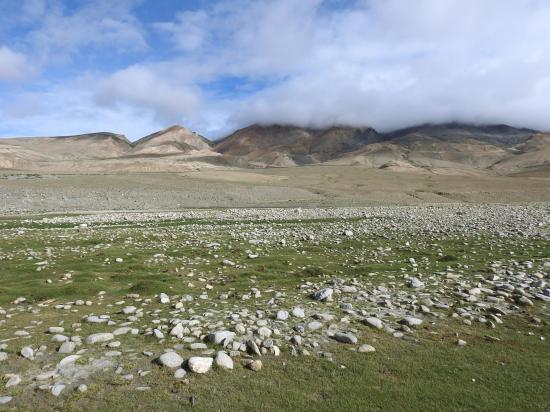 Au bivouac de Chumik Jara avec le sommet du Chagarchan caché par la couche nuageuse