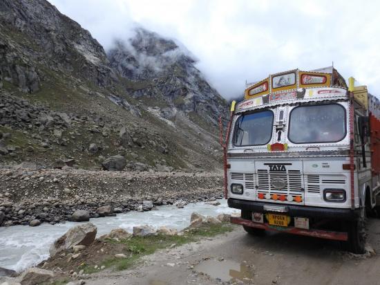 Délicat croisement sur la piste étroite à l'approche de Chhatru