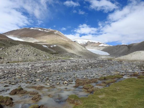 Au camp de base NE du Chamser Kangri la moraine infranchissable par les mules se trouve sur la droite de la photo)