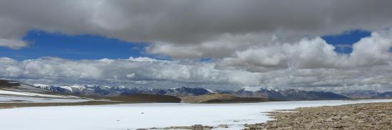 Large panorama depuis le Tso mangpo La sur la partie septentrionale de la Korzok range