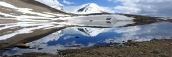Sur le plateau du Tso mangpo La avec le Chamser Kangri qui se reflète dans le lac morainique