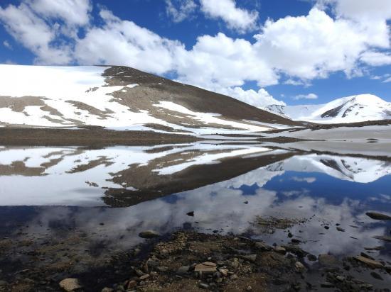 Le Chamser Kangri à droite se mire dans les eaux du lac (et à gauche, s'il fallait davantage vous convaincre, c'est la crête SW du Shukule II...)