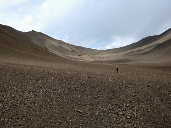 Sur le sol quasi lunaire du vallon oriental du Nechung La