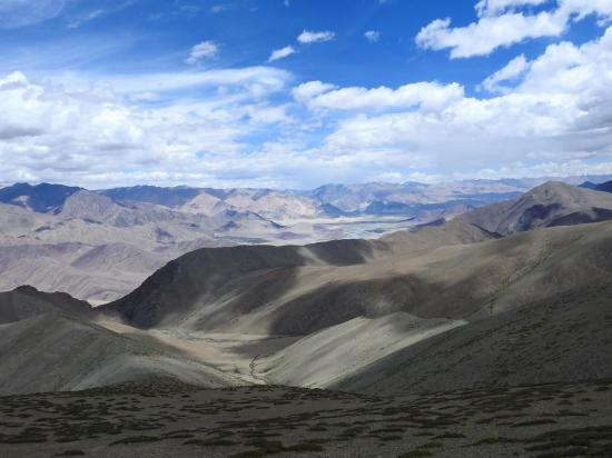 Panorama vers le N sur la vallée de l'Indus et Nyoma depuis la grande prairie du Punjar La