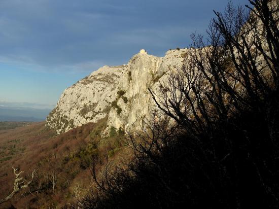 Vue sur le Saint Pilon depuis le sentier à flanc de la falaise N de la Sainte Baume