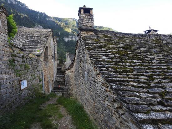 Traversée du village isolé de Hauterives