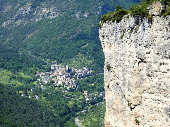 Sur la corniche de la Jonte (le village de Peyreleau)