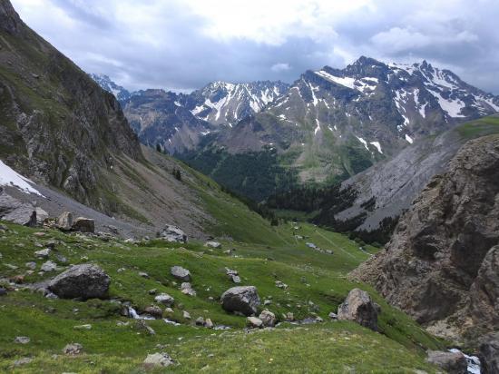 Descente vers le Pont de l'Alpe avec à l'arrière-plan la montagne des Combeynot
