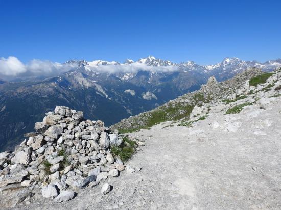 Sur la crête qui relie Petit et Grand Aréa (au fond, le massif des Ecrins)