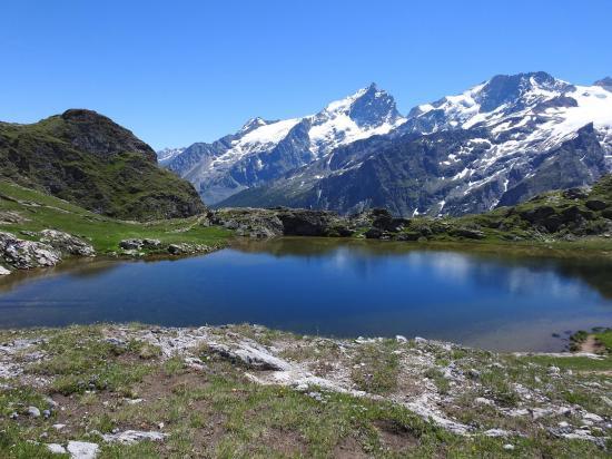 Le lac Lérié, parfait miroir du massif de la Meije
