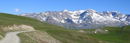 Le massif des Grandes Rousses (Grand Pic, Pic Bayle et Pic de l'Etendard) depuis la piste d'accès au refuge du Fay