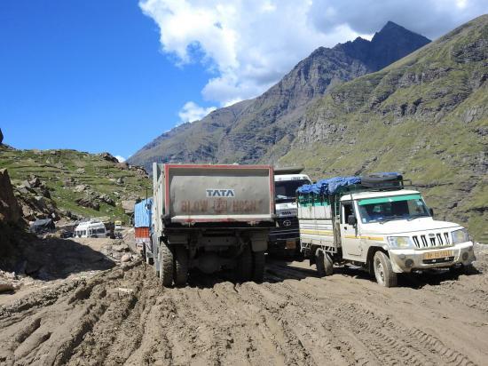La route NH-1 à l'approche de Gramphu dans la descente du Rohtang La