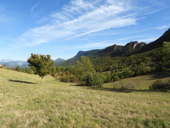 La vue étendue sur les remparts N du synclinal de Saoû depuis Le Collet