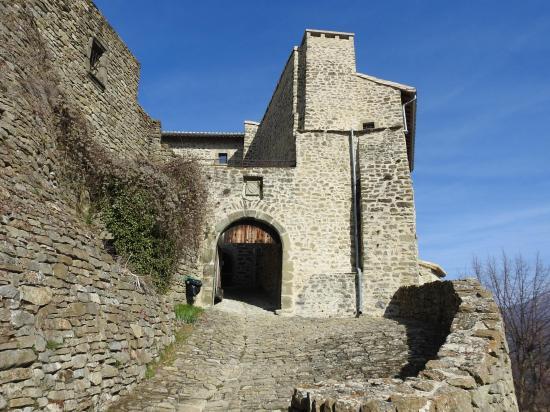 L'entrée du château du Poët Célard