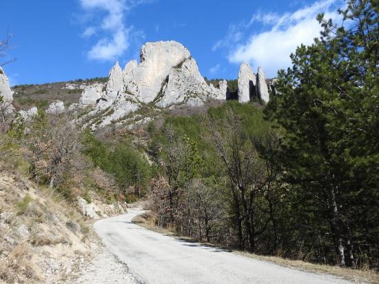 Sur la route de Pennes-le-Sec, les rochers du Château