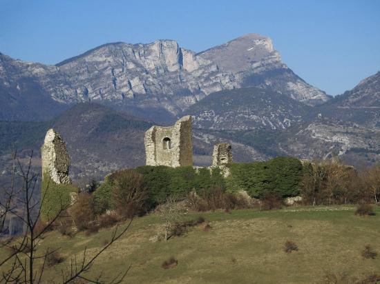 Le château de Bourdeaux et les Trois-Becs vus depuis le Chatelas