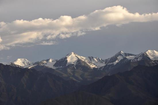 La chaîne du Stok kangri depuis les hauteurs de Leh