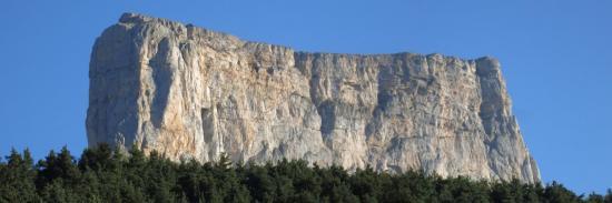 Le Mont-Aiguille domine le hameau de la Richardière