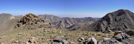 La vue depuis le tizi n'Tirguine sur le rebord NE du plateau du Tichka (Haut-Atlas occidental - Maroc)