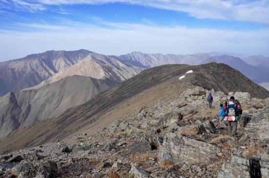 Sur les crêtes du Djbel Erdouz en direction du tizi n'Tighfist (dans le lointain, Idoudan et Igdet)