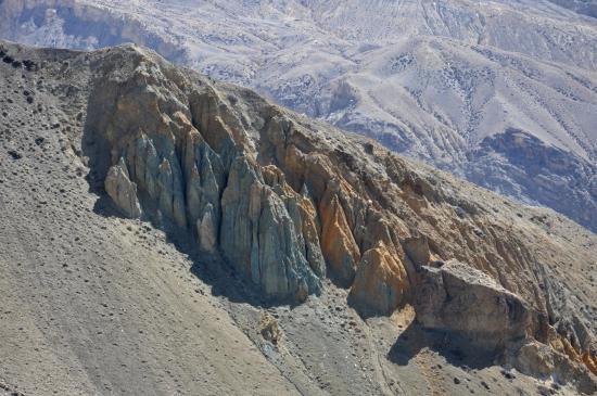 Lors de la descente vers Tangge, des couleurs de roches peu habituelles, non ?