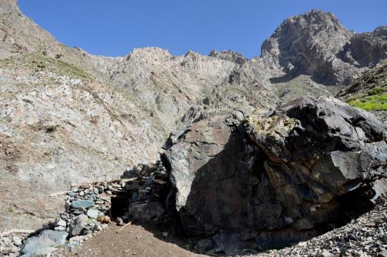 Bivouac aux azibs Anzig sous les pics de l'Agourzi n'Tiouyaline