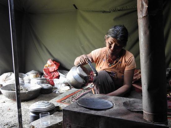 A l'intérieur d'une tente nomade sur les rives du Chilling Tso