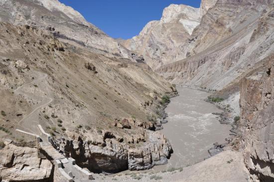Entre Yulchung et Nyerak, le franchissement de la Zangskar Chu