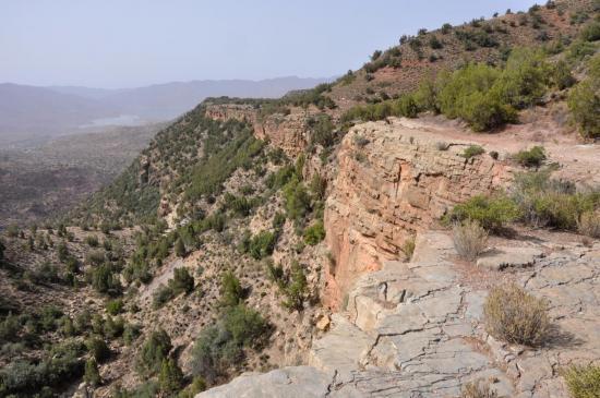 Au bord des falaises entre Aghbalou et Tasguint