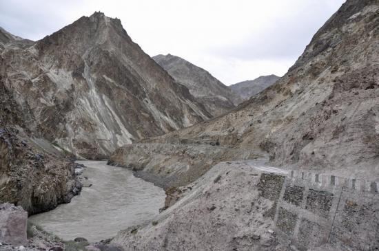 La route le long de la Zangskar Chu entre Guru Do et Sumda Do