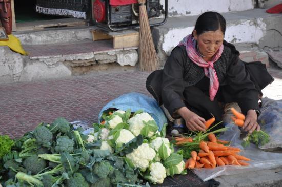 Tibétaine qui vend ses légumes bio sur le trottoir de Leh