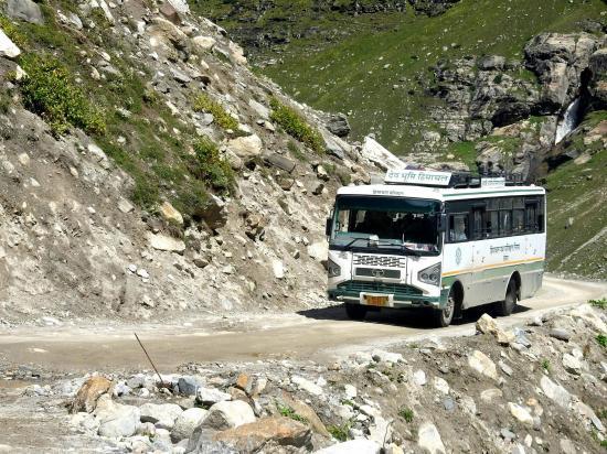 On croise le service de bus quotidien entre Manali et Kaza (horaires approximatifs...)